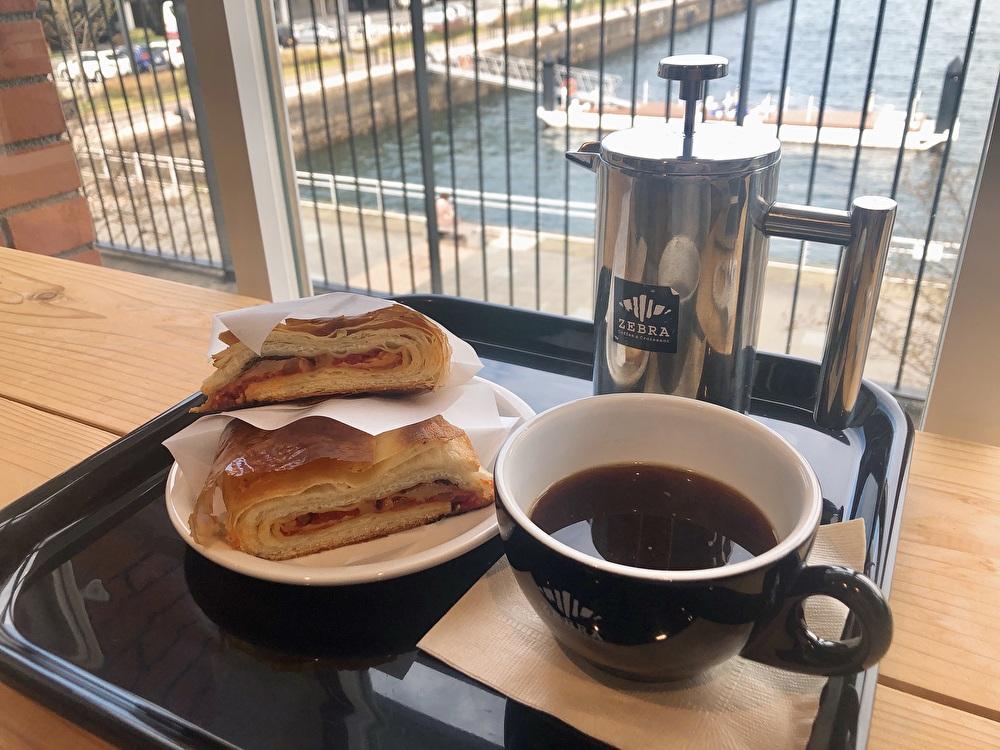マリン&ウォーク横浜『ゼブラ』大きなクロワッサンのカフェ