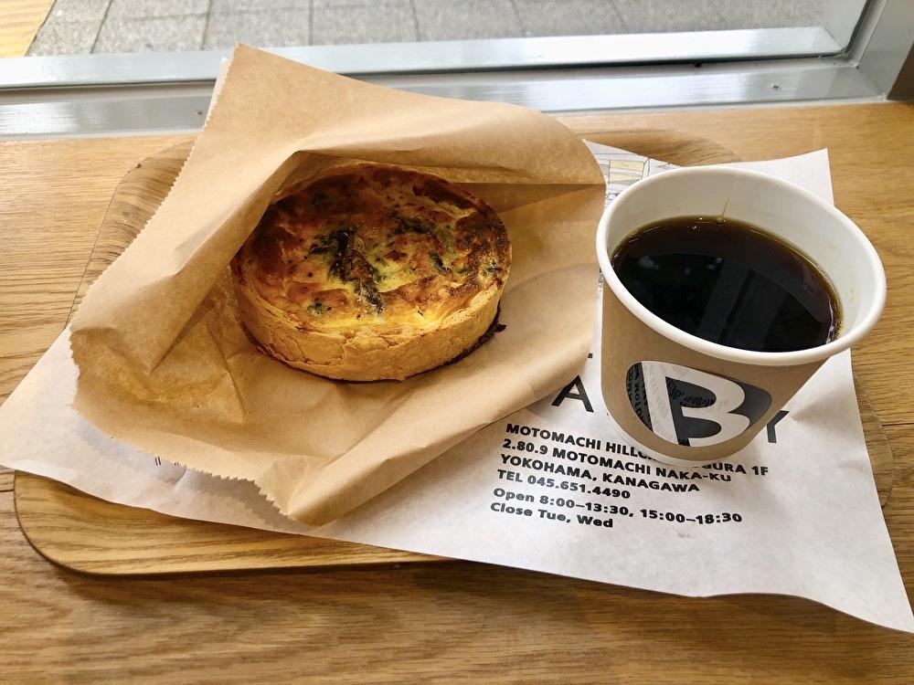 山手カフェ『アンダーブラフコーヒー』は人気パン屋のスイーツも!