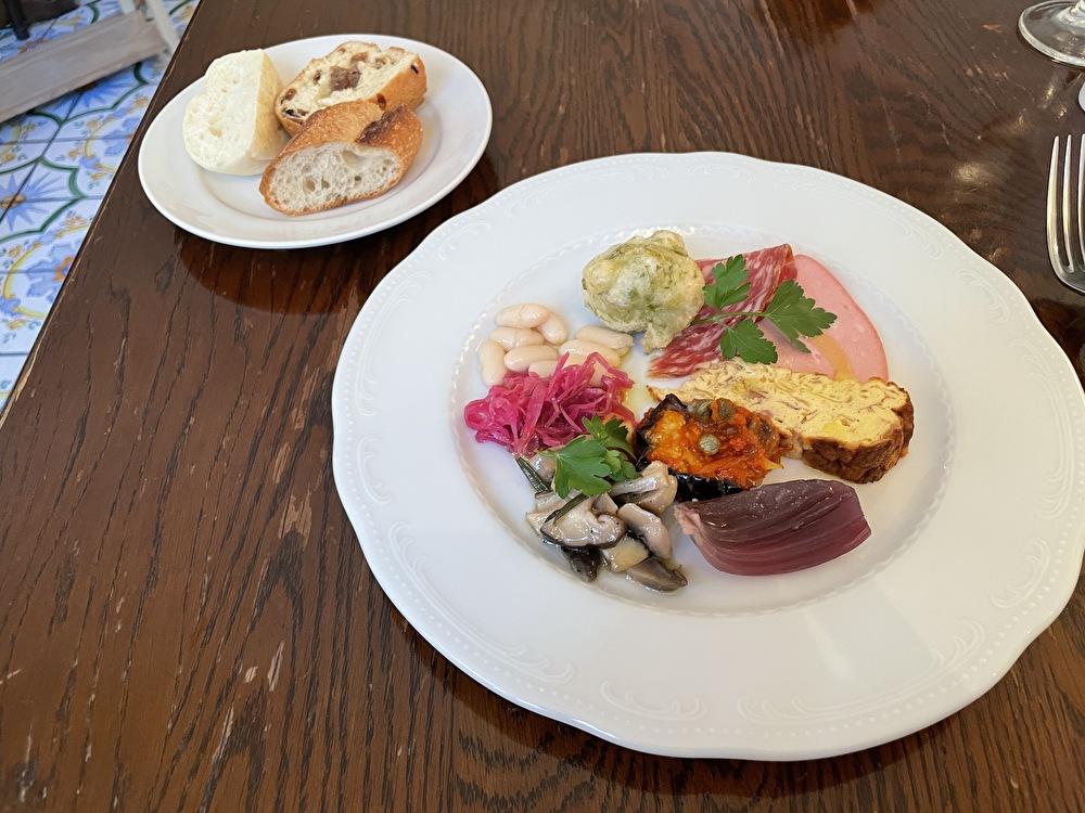 da TAKASHIMAダタカシマ、前菜の盛り合わせと自家製パン