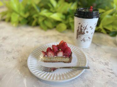 『UNI COFFEE ROASTERY 横浜日本大通り店』で完熟いちごと紅茶のタルトとヨーグルトフラッペ
